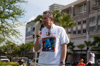 John Morales, Chief Meteorologist NBC-6 Miami,announces the dog walk sponsors